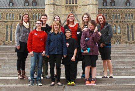 Élaine Michaud reçoit des jeunes à Ottawa