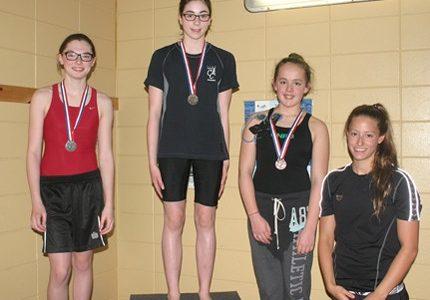 L'Unik sur le podium à la piscine Lyne-Beaumont