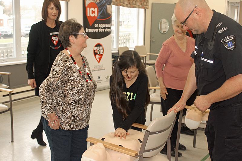 Jeunes et vieux apprennent à sauver des vies