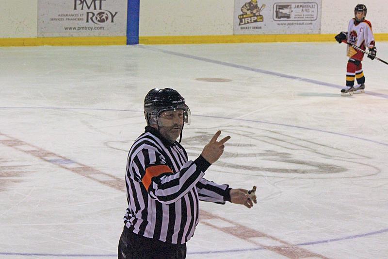 Stéphane Gauthier se retire après avoir arbitré 3000 matchs au hockey mineur