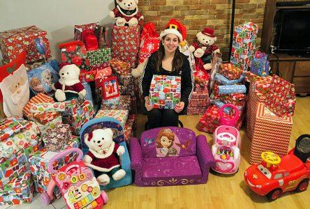 Des enfants partagent des cadeaux