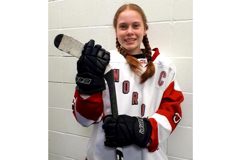 Une fille de Pont-Rouge au Tournoi international pee-wee de Québec