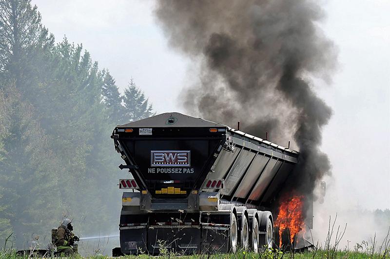 Camion en feu sur la 40 à Portneuf