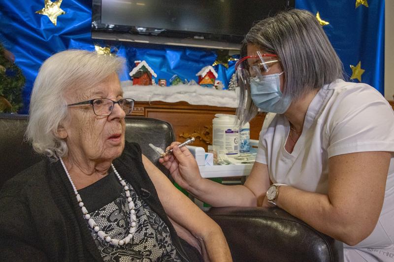COVID-19: restrictions annoncées demain alors que la vaccination commence