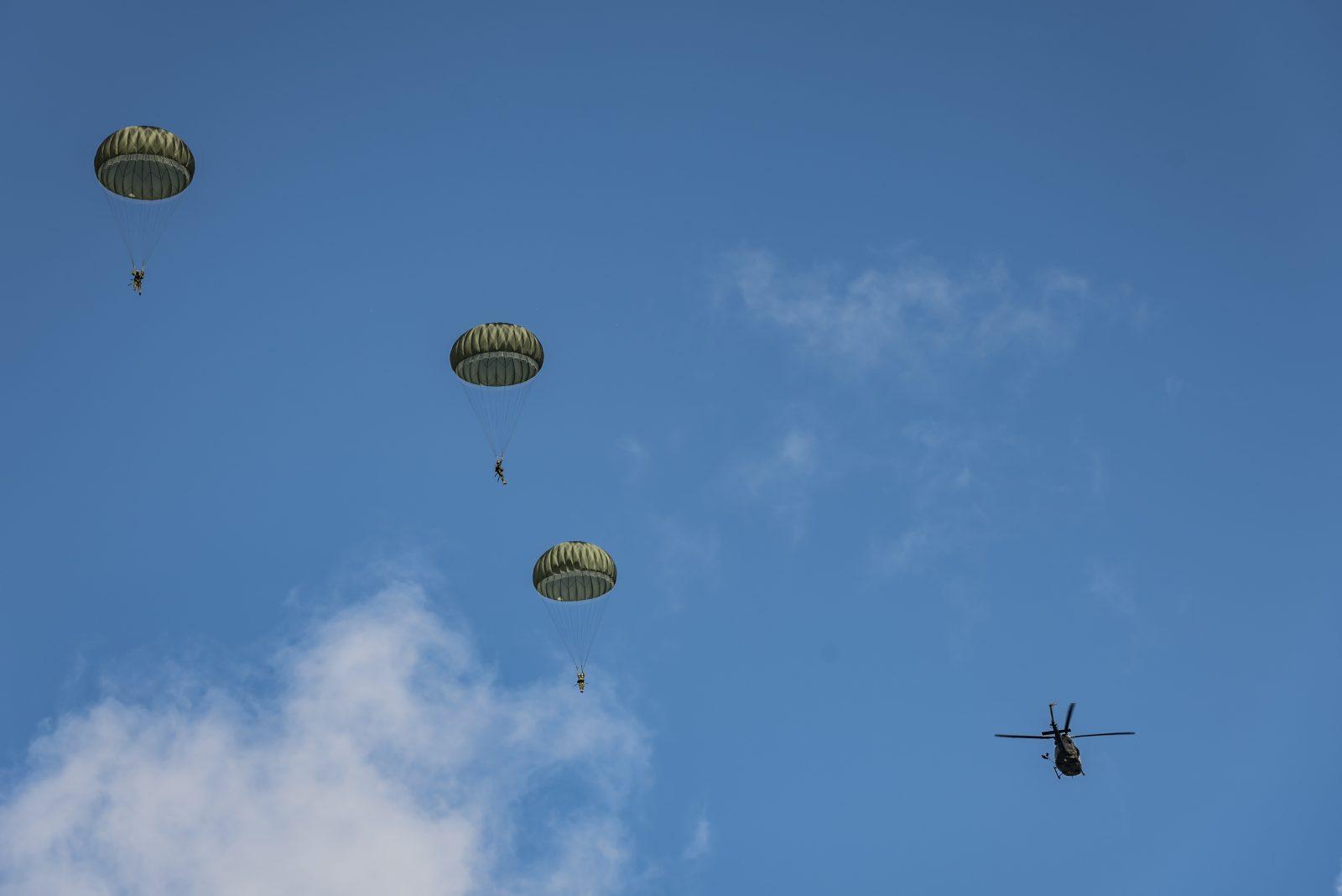 Parachutistes militaires à l'entraînement au-dessus du lac Saint-Joseph