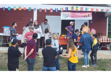L'intégration par les traditions: épluchette pour les nouveaux-arrivants
